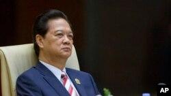 Ông Dũng nói ngăn cấm các trang mạng xã hội như Facebook chẳng hạn là điều không thể thực hiện, cho nên thay vào đó chính quyền Việt Nam phải cung cấp thông tin kịp thời và chính xác để có thể định hướng dư luận công chúng.