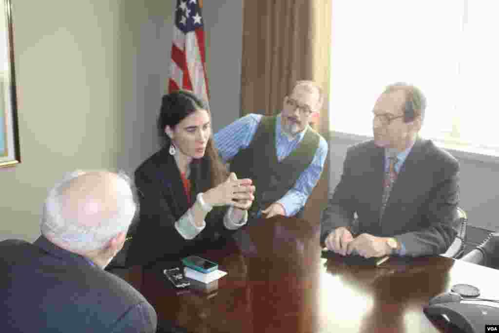 Yoani Sánchez se reúne en la sede de la VOA con Dick Lobo, director de IBB y David Ensor, director de la Voz de América.