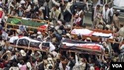 Para demonstran anti-pemerintah melakukan upacara pemakaman bagi pengikut kepala suku Sadeq al-Ahmar yang tewas dalam bentrokan dengan pasukan Yaman di Sanaa (27/5).