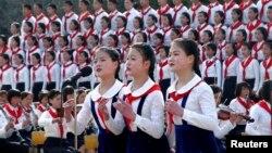 지난 2012년 북한 평양의 창덕학교 학생들이 김일성 생일 100주년 기념 행사에서 공연을 펼치고 있다. (자료사진)