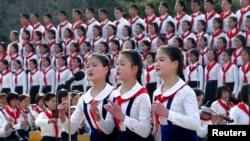지난 2012년 4월 북한 평양의 창덕학교 학생들이 김일성 생일 100주년 기념행사에서 공연을 펼치고 있다. (자료사진)