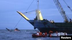 Penjaga pantai mencari jenazah korban kecelakaan kapal feri MBCA Kim-Nirvana di Ormoc, Filipina bagian tengah (2/7).