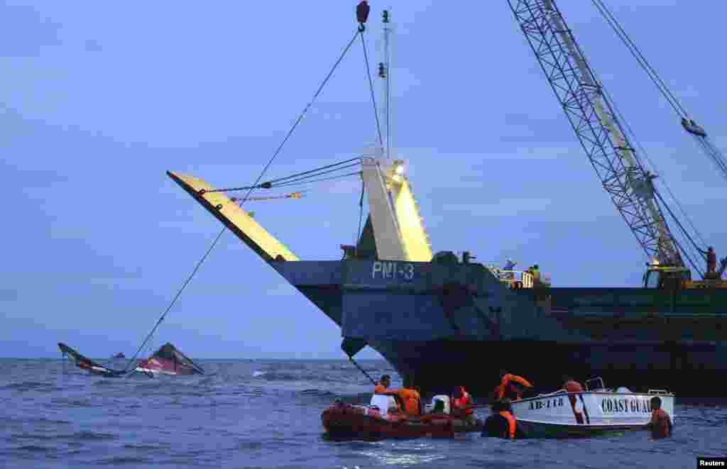 ساحلی تحفظ کے ادارے 'کوسٹ گارڈز' کے مطابق کشتی پر موجود 187 مسافروں میں سے 142 افراد کو بچا لیا گیا ہے۔