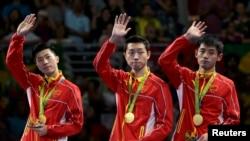 17일 브라질 리우올림픽 남자 탁구 단체전에서 우승한 중국 대표팀이 시상대에서 손을 흔들고 있다. 왼쪽부터 마룽, 쉬신, 장지커.