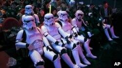 2015年12月27日中国上海: 《星球大战》,有的身穿帝国风暴兵服装,等待首映