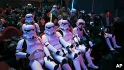 """Para penggemar Star Wars di China, mengenakan kostum karakter dalam Star Wars, menunggu pemutaran perdana film """"Star Wars: The Force Awakens"""" di Shanghai, Minggu (27/12)."""