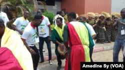 Les supporters sénégalais célèbrent l'arrivée des Lions de la Teranga à Franceville, Gabon, le 12 janvier 2017 (VOA/Amedine Sy)