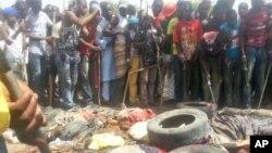 3月14日尼日利亚人聚集在被害人周围