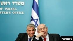 Israeli Prime Minister Benjamin Netanyahu (R) and Finance Minister Yair Lapid.