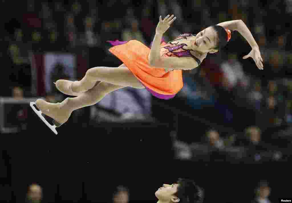 Sui Wenjing (trên) và Han Cong của Trung Quốc biểu diễn tại Giải Vô địch Thế giới về vũ nghệ thuật trên băng ở London.