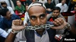 """عکس آرشیف، اعتراض شماری از خبرنگاران پاکستانی در شهر کراچی به آنچه """"سانسور"""" اعمال شده از سوی حکومت خوانده شد"""