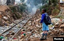 Mwanafunzi wa kike akiwa karibu na njia ya reli ya Kenya-Uganda wakati shule zilipofunguliwa tena, baada ya serikali kusitisha azma yake ya kufuta muhula wa masomo kutokana na janga la COVID-19, katika eneo la Kibera, Nairobi, Kenya Octoba 2020..