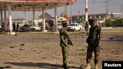 Binh sĩ tại hiện trường của một vụ nổ gần một trạm xăng ở Kano, Nigeria, ngày 15/11/2014.