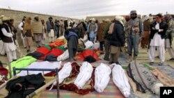 24일 아프가니스탄 카불에 전날 팍티카 주 배구경기장에서 발생한 폭탄테러로 사망한 희생자들의 시체가 놓여있다.