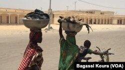 Des femmes à Bol, au Tchad, le 1er avril 2016. (VOA/ Bagassi Koura)