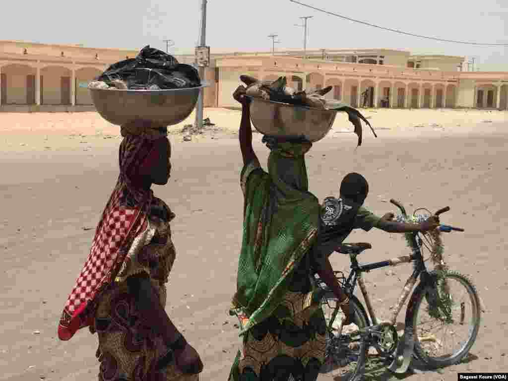 Des femmes font le tour de la ville pour vendre du poisson, un produit populaire dans la région, Bol, Tchad, 1er avril 2016, Photo VOA Bagassi Koura