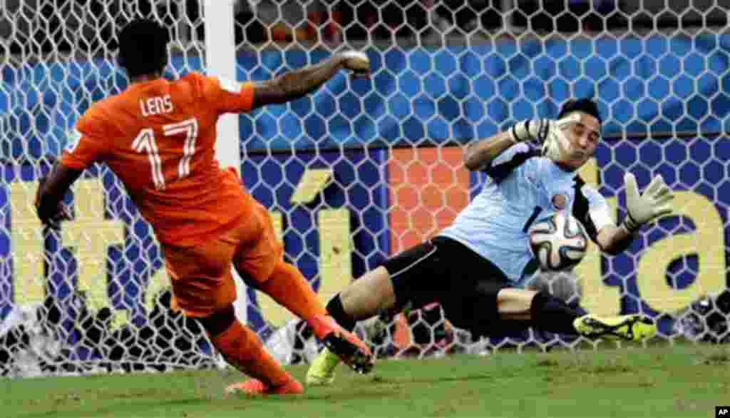 Costa Rica's goalkeeper Keylor Navas (1) saves a shot from Netherlands' Jeremain Lens (17) during extra time of the World Cup quarterfinal soccer match between the Netherlands and Costa Rica at the Arena Fonte Nova in Salvador, Brazil, Saturday, July 5, 2