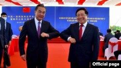 Bộ trưởng Ngoại giao Phạm Bình Minh và Bộ trưởng Ngoại giao Trung Quốc Vương Nghị đồng chủ trì hoạt động kỷ niệm 20 năm ký Hiệp ước Biên giới. (Screenshot Thế giới & Việt Nam).