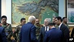 د متحدو ایالاتو ددفاع وزیر جېم ماتیس په کابل کې په ناڅاپي سفر کې ښکاري.