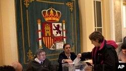 一名選民在首都馬德里一個票站投票。