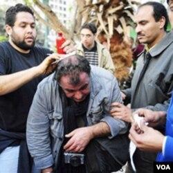 Wartawan Perancis, Alfred Yaghobzadeh mendapat perawatan dari demonstran anti pemerintah di Lapangan Tahrir, setelah diserang pendukung Mubarak (3/2).