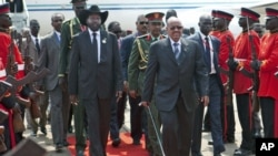 South Sudan's President Salva Kiir (L) and Sudan's President Omar Hassan al-Bashir walk at Juba airport. Tens of thousands of South Sudanese danced and cheered as their new country formally declared its independence on Saturday, a hard-won separation from