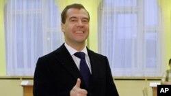 俄羅斯總統梅德韋傑夫星期天在莫斯科投票