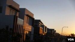 夕陽映照著正在修建中的悉尼百萬美元住宅區。(2014年8月14日資料照)