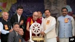 達賴喇嘛出席藏人紀念達賴喇嘛抵達印度流亡60週年的活動,達賴喇嘛向印度旅遊和文化部長馬赫什·夏爾馬(右二)贈送紀念物。