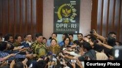 Ketua DPR menerima draf RUU Omnibus Law dari pemerintah pada 12 Februari 2020. (Foto: Humas DPR RI)