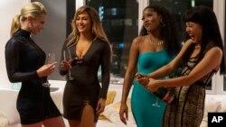 صحنه ای از فیلم کلاهبرداران با بازی جنیفر لوپز (از راست، دومین نفر)