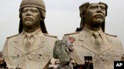 2009年3月20日,美國陸軍士兵在巴格達綠區巡邏時走過前伊拉克總統薩達姆·侯賽因的巨型銅像。
