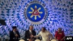 Moro islomiy ozodlik fronti rahbari Al-Haj Murod Ibrohim (chapda) va Filippin hukumati rasmiylari tinchlik sulhini imzolamoqda, Manila, 27-mart, 2014-yil.