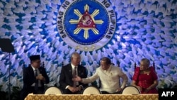 Pemimpin Front Pembebasan Islam Moro (MILF) Al Haj Murad Ibrahim (kiri), PM Malaysia Najib Razak (dua dari kiri), Presiden Filipina Benigno Aquino (dua dari kanan), dan Penasehat Kepresidenan untuk Proses Perdamaian, Teresita Quintos-Deles (kanan) dalam acara penandatanganan kesepakatan dengan Bangsamoro di Istana Malacanan, Manila (27/3).