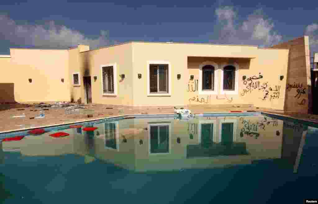 11일 시위대의 공격을 받은 리비아 벵가지의 미국 영사관.