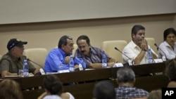 Mauricio Jaramillo, vocero de la guerrilla de las FARC, (segundo a la izquierda) junto al guerrillero Andrés París, quien será negociador del grupo guerrillero, además de Ricardo Téllez.