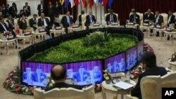 """""""ასეანის"""" გლობალური დიალოგის სამიტის დელეგატები მონიტორებზე კამბოჯის პრემიერ მინისტრის გამოსვლას უსმენენ, კამბოჯა, 20 ნოემბერი, 2012 წ."""
