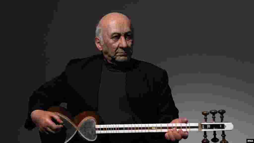 مجسمه جلیل شهناز، استاد تار ایران در نمایشگاه تندیسهای سیلیکونی نوازندگان تار ایران. عکس: مرضیه موسوی، ایرنا