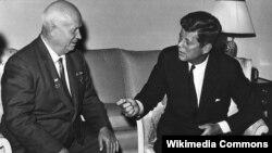 AQSh prezidenti Jon Kennedi SSSR rahbari Nikita Xrushyov bilan, 3-iyun, 1961-yil.