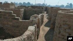 """Fotografija Centra Zavi Havas podijeljena je medijima 8. aprila 2021. Na njoj se vidi arheološko otkriće - dio izgubljenog """"zlatnog grada"""" u Luksoru."""