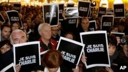 """人们聚集在德国柏林的勃兰登堡门,举着""""我是查理""""的标语,声援遭枪击的法国《查理周刊》。(2014年1月7日)"""