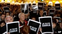 """Gradjani Francuske drže postere sa parolom """"Ja sam Šarli"""", izražavajući solidarnost sa francuskim nedeljnikom."""