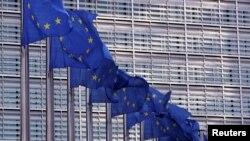 资料照:在布鲁塞尔总部大楼前的欧盟旗帜