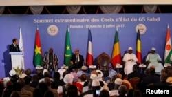 法国总统马克龙在马里总统府举行的首脑会议上讲话(2017年7月2日)