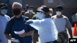 Cư dân xếp hàng tại một địa điểm ở Los Angeles để được xét ngiệm COVID-19, ngày 10/8/2020.