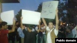 تجمع معترضان به استفاده از عبارت «چماق لری» در برابر مجلس