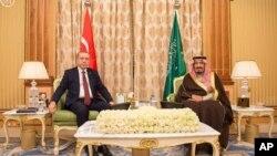 지난해 12월 사우디 아라비아를 방문한 레제프 타이이프 에르도안 터키 대통령(왼쪽)이 살만 빈압둘아지즈 사우디 국왕과 정상회담을 가졌다. (자료사진)