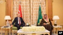 Presiden Turki Recep Tayyip Erdogan (kiri) dan Raja Saudi Salman bin Abdul Aziz Al Saud berpose saat bertemu di Riyadh, Arab Saudi, 29 Desember 2015.