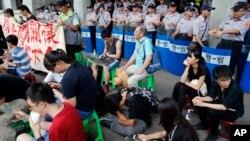 Sinh viên biểu tình ở Bộ Giáo dục tại Đài Bắc, Đài Loan, hôm thứ Sáu 31/7/2015.