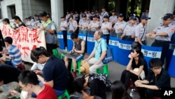 31일 타이완 타이페이에서 친중 성향의 교과서에 반대하는 학생들이 교육부 건물 앞에서 시위하고 있다.